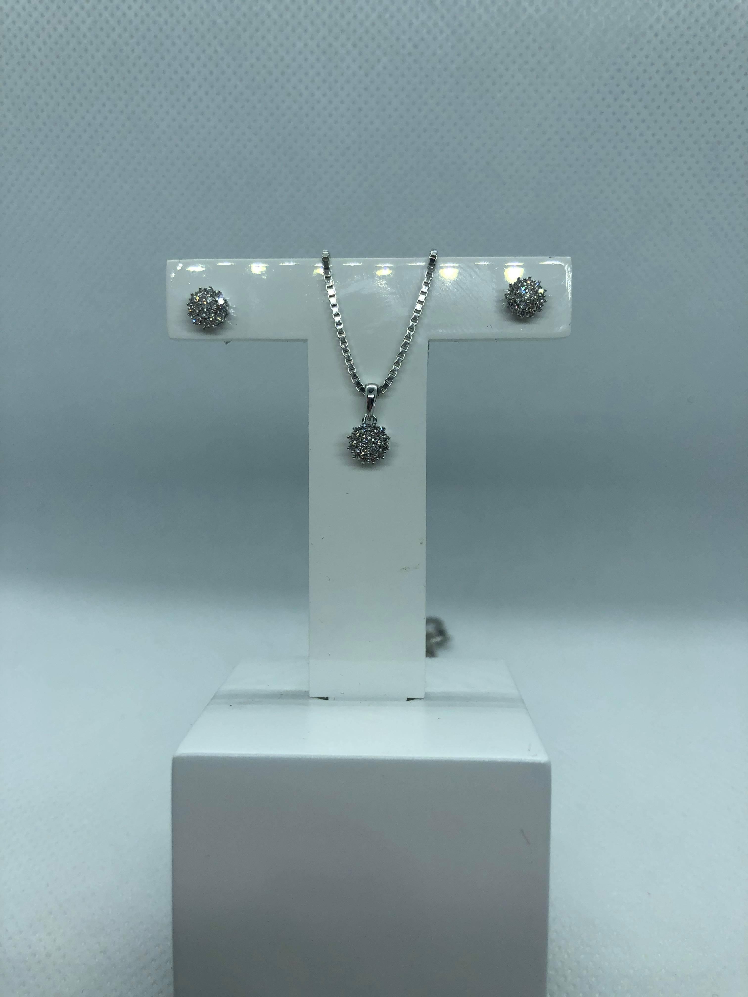 Diamantsett med ørepynt og halssmykke